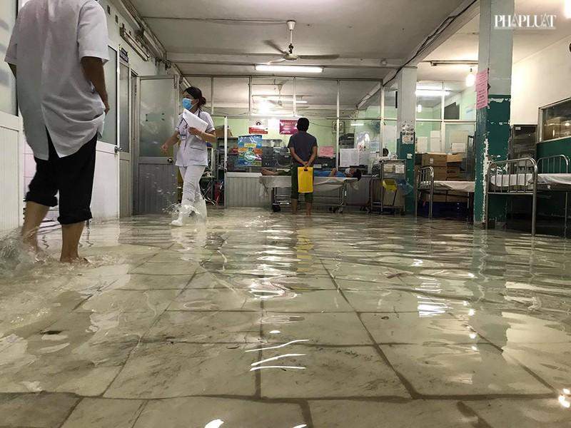 Bệnh viện Hóc Môn ngập nặng, bác sĩ lội nước chữa bệnh - ảnh 3