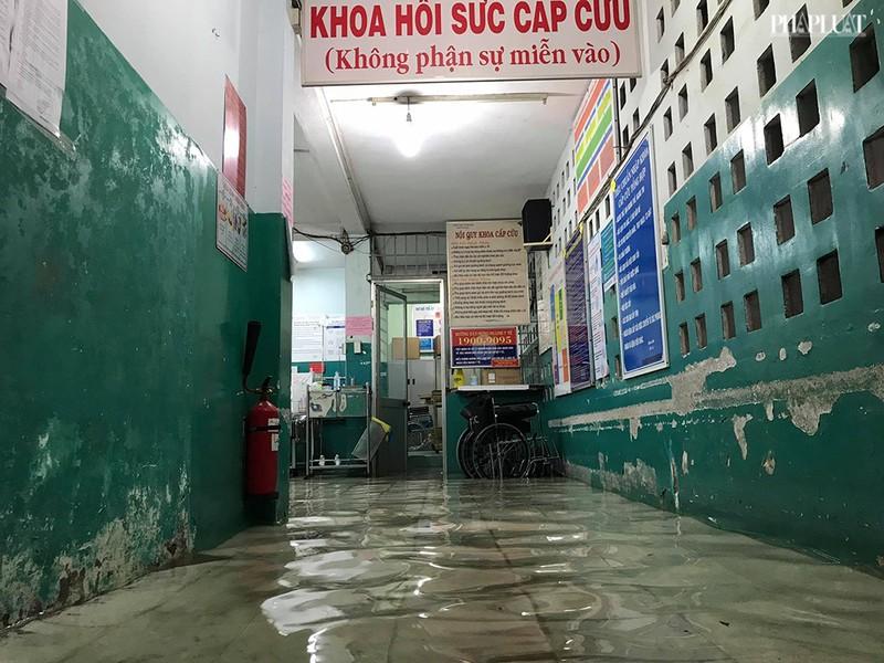 Bệnh viện Hóc Môn ngập nặng, bác sĩ lội nước chữa bệnh - ảnh 5