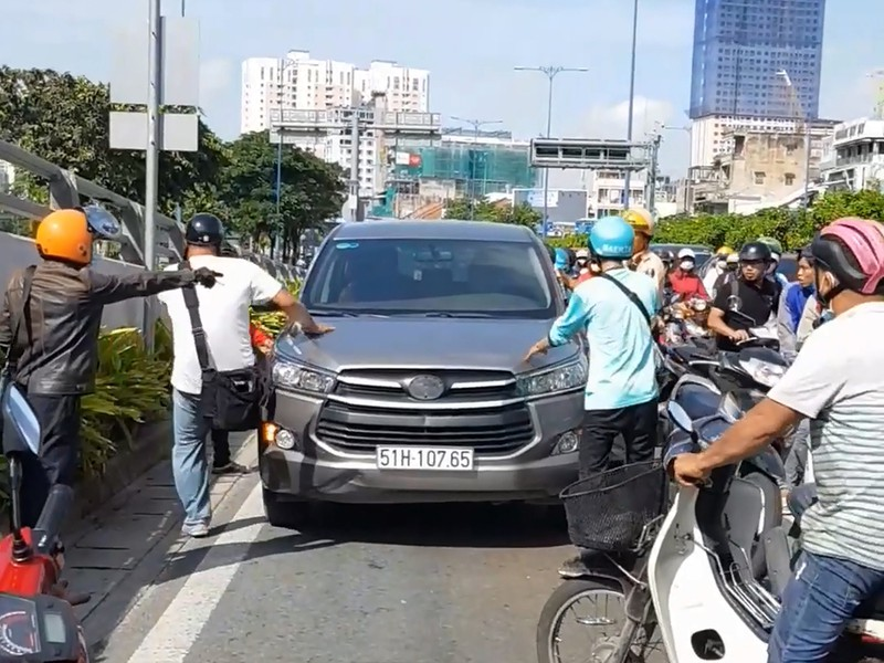Sự thật bất ngờ vụ 5 xe máy rượt ô tô hô 'cướp cướp!' - ảnh 1