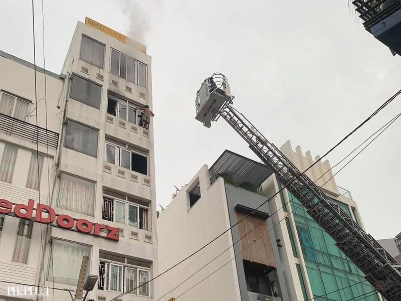 Cháy khách sạn ở TP.HCM, 1 người chết ngạt, 1 bị thương - ảnh 1