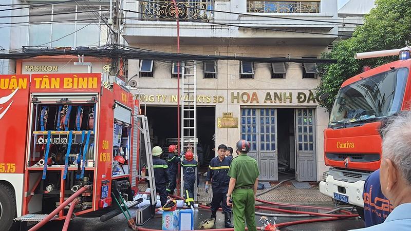 Cháy công ty may mặc ở Tân Bình, 5 người đu dây vải tiếp đất - ảnh 1