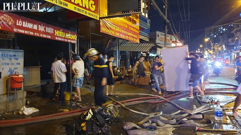 3 cửa hàng ở Tân Bình bị cháy dữ dội  - ảnh 2