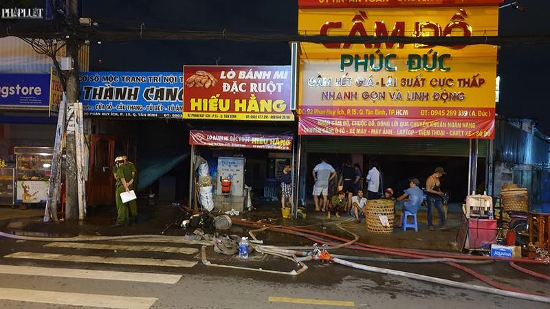 3 cửa hàng ở Tân Bình bị cháy dữ dội  - ảnh 1