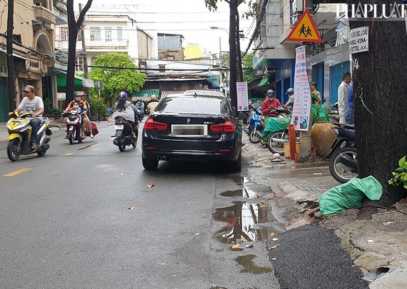 Thanh niên múa gậy đập xe BMW trên đường ở TP.HCM  - ảnh 2