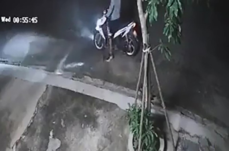 1 tài xế bị tạt nước cay vào mắt, cướp xe lúc rạng sáng - ảnh 1