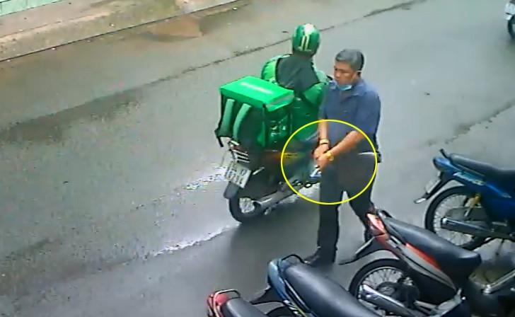 Clip ghi cảnh 1 người rút súng, lên đạn dọa dân ở TP.HCM - ảnh 1