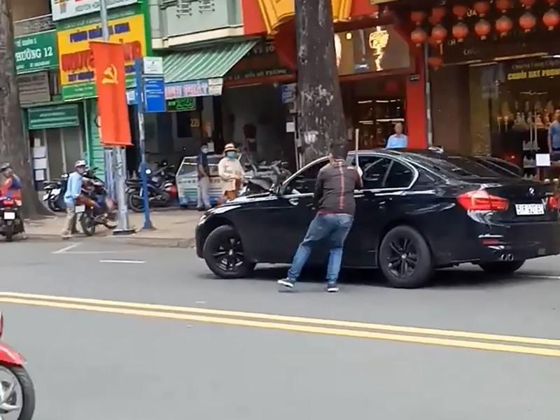 Nguyên nhân bất ngờ vụ thanh niên múa gậy đập xe BMW  - ảnh 1