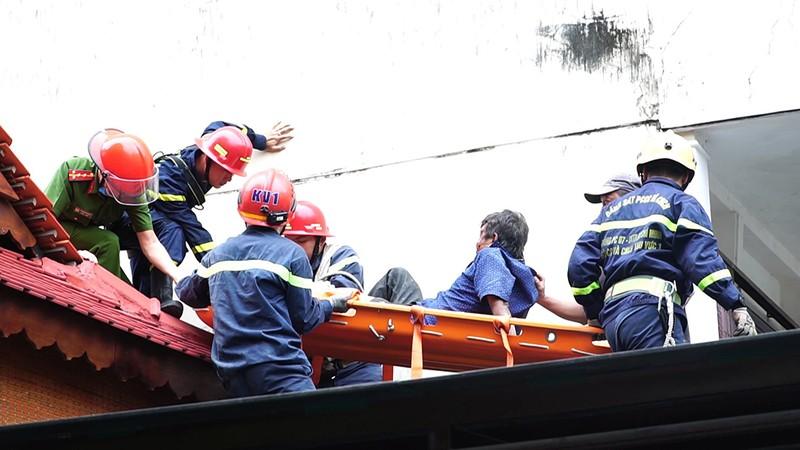 Cảnh sát bắc thang giải cứu người đàn ông rơi trúng mái nhà - ảnh 1