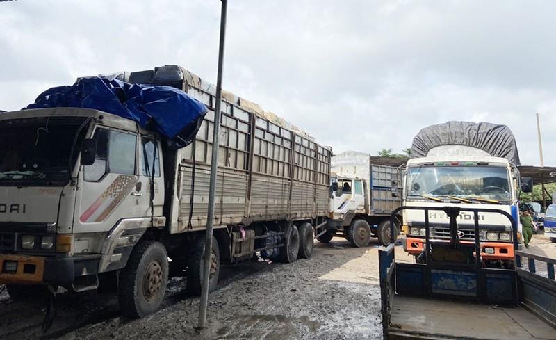 Tân Phú: Công an bắt 3 xe tải chở hàng điện tử đã qua sử dụng - ảnh 1
