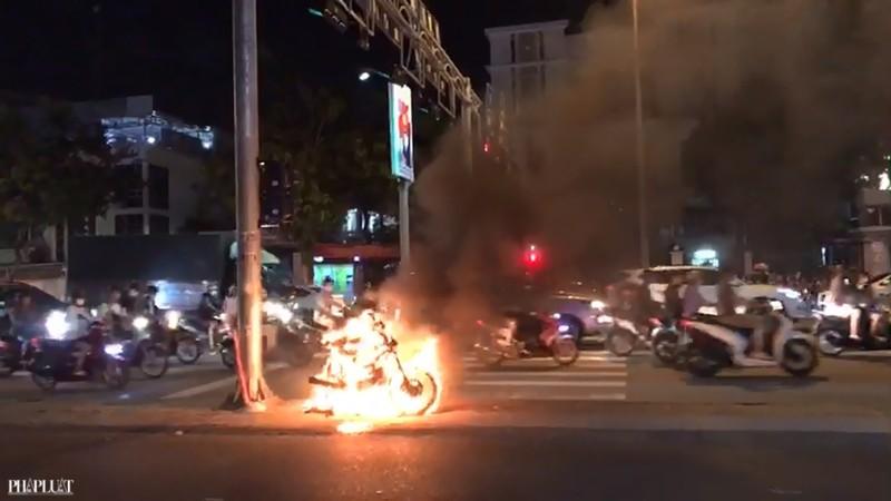 Xe máy bốc cháy bất ngờ, chủ xe nháo nhào bỏ chạy - ảnh 1