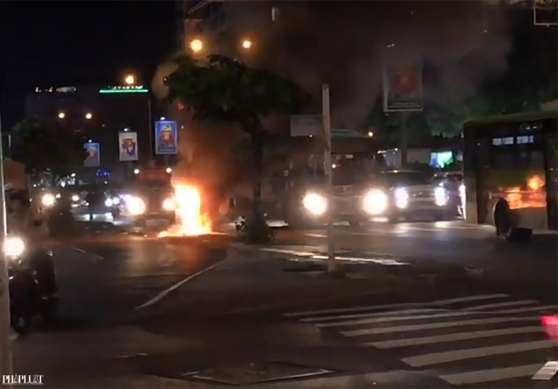 Xe máy bốc cháy bất ngờ, chủ xe nháo nhào bỏ chạy - ảnh 2