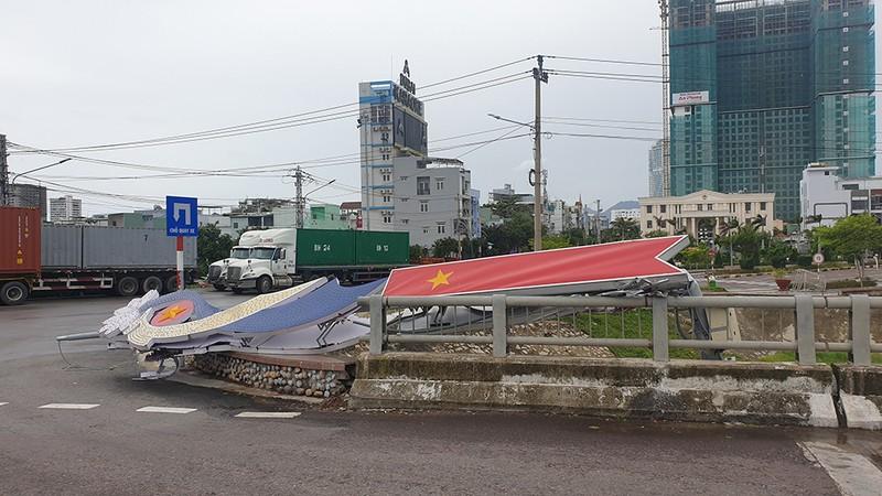 Cảnh tan hoang sau bão số 9 ở TP Quy Nhơn, Bình Định - ảnh 14