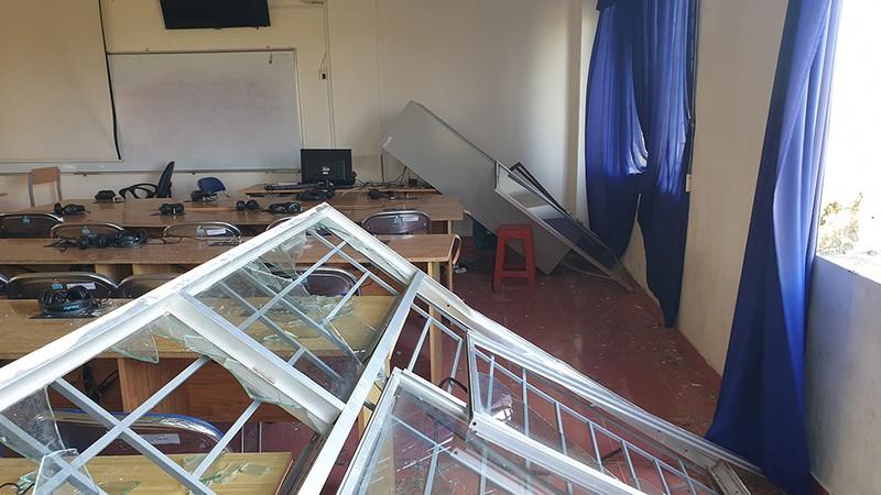 Cận cảnh trường học tan hoang sau bão ở Quảng Ngãi - ảnh 7