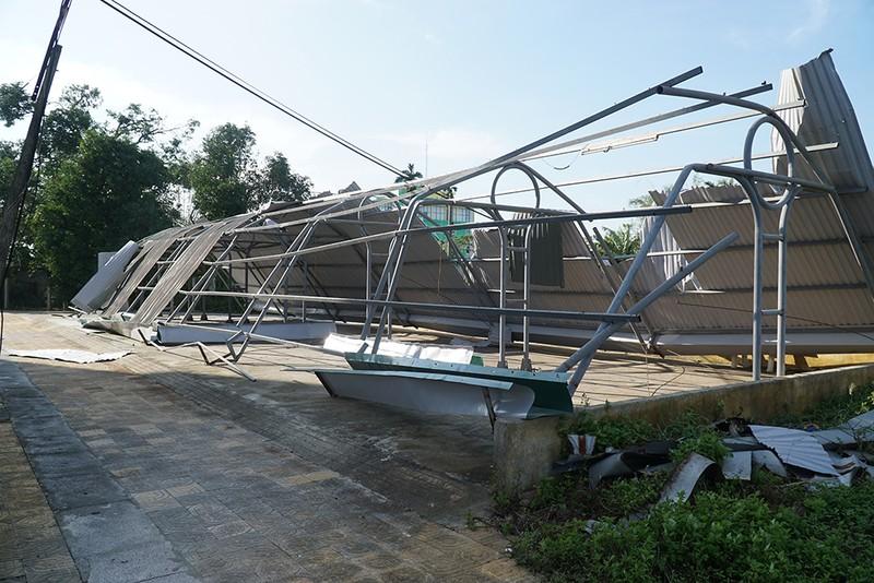 Cận cảnh trường học tan hoang sau bão ở Quảng Ngãi - ảnh 8