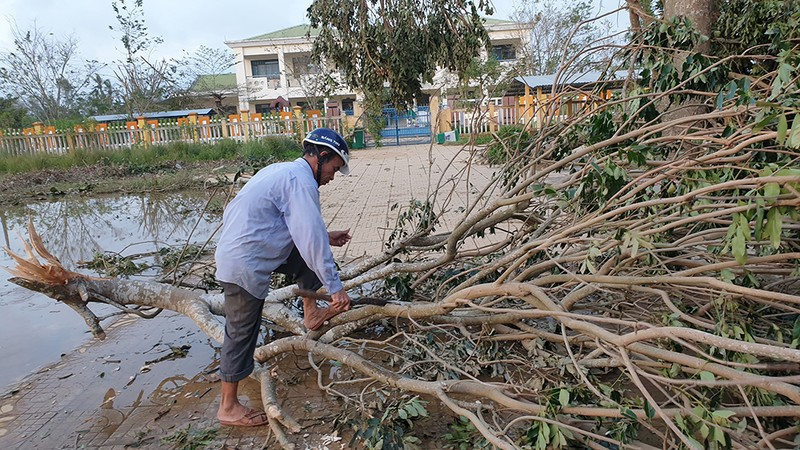 Cận cảnh trường học tan hoang sau bão ở Quảng Ngãi - ảnh 15