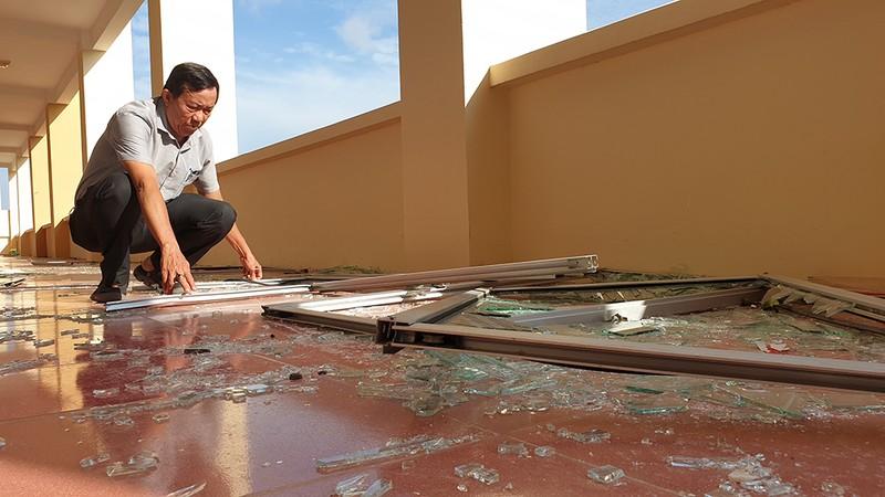 Cận cảnh trường học tan hoang sau bão ở Quảng Ngãi - ảnh 3