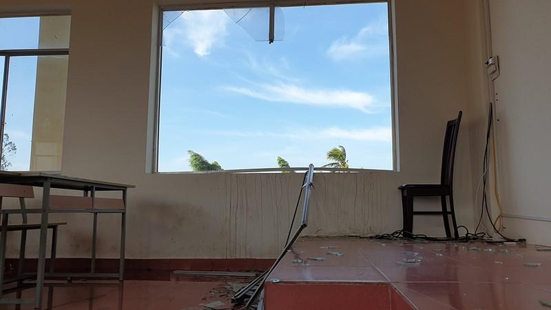 Cận cảnh trường học tan hoang sau bão ở Quảng Ngãi - ảnh 5