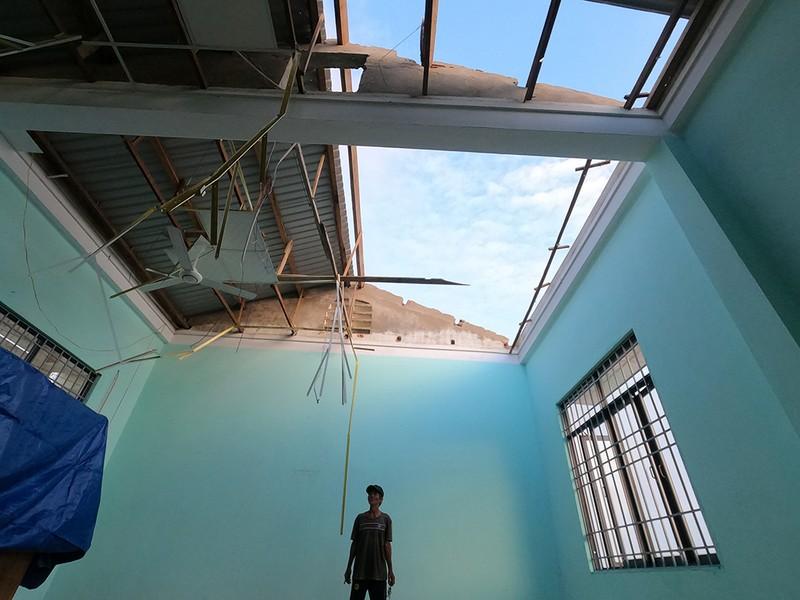 Cận cảnh trường học tan hoang sau bão ở Quảng Ngãi - ảnh 13