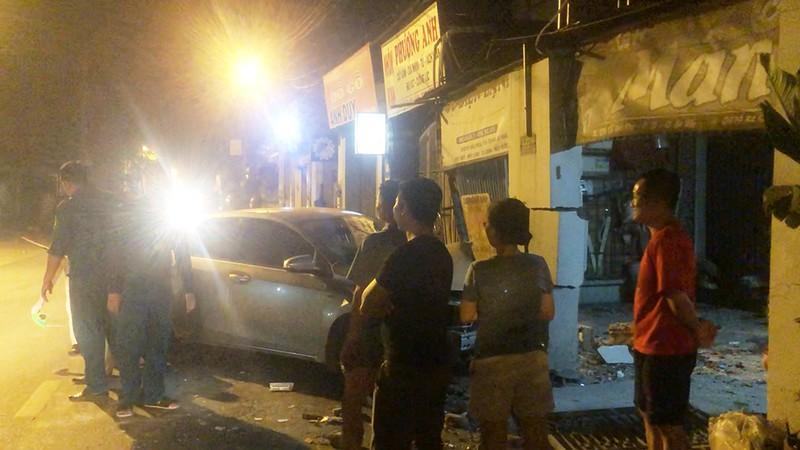 Va chạm với xe máy, ô tô tông sập cổng nhà dân ở Gò Vấp - ảnh 2