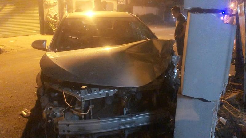 Va chạm với xe máy, ô tô tông sập cổng nhà dân ở Gò Vấp - ảnh 1