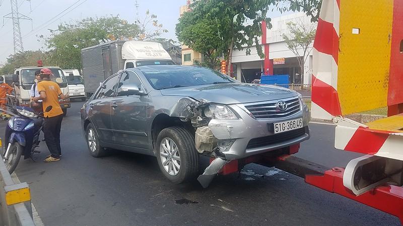 Ô tô lật ngửa sau khi tông biển báo, tài xế may mắn bị xây xát - ảnh 2