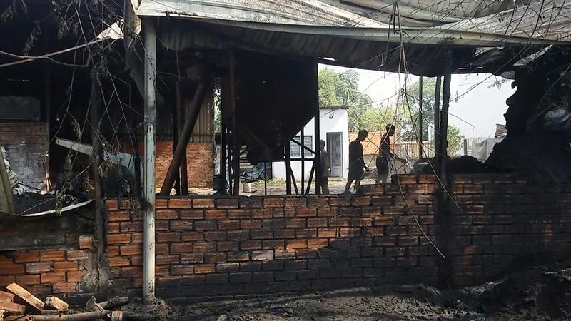 Cơ sở sản xuất bột nhang ở Bình Tân cháy rụi lúc rạng sáng - ảnh 1