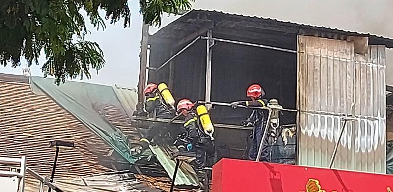 Cháy ở trung tâm TP.HCM, sơ tán học sinh trường Ernst Thalmann - ảnh 4