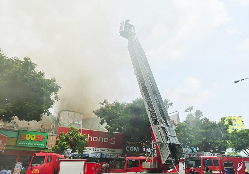 Cháy ở trung tâm TP.HCM, sơ tán học sinh trường Ernst Thalmann - ảnh 3