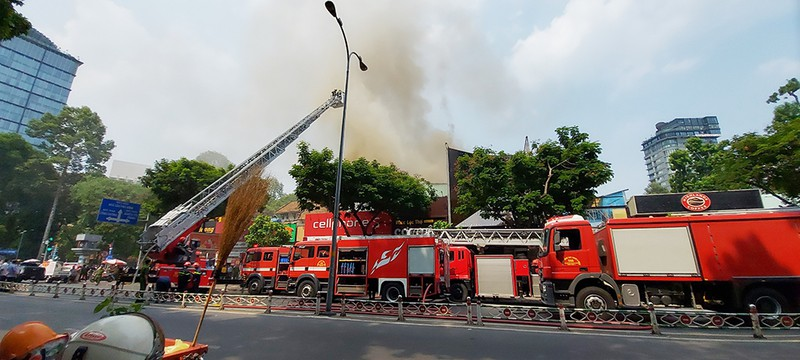 Cháy ở trung tâm TP.HCM, sơ tán học sinh trường Ernst Thalmann - ảnh 1