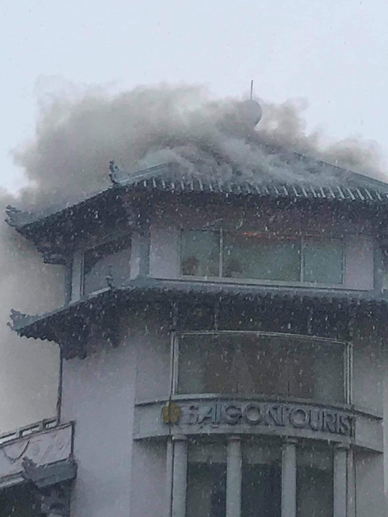 Khách sạn Đồng Khánh ở quận 5 cháy nghi do sét đánh  - ảnh 2