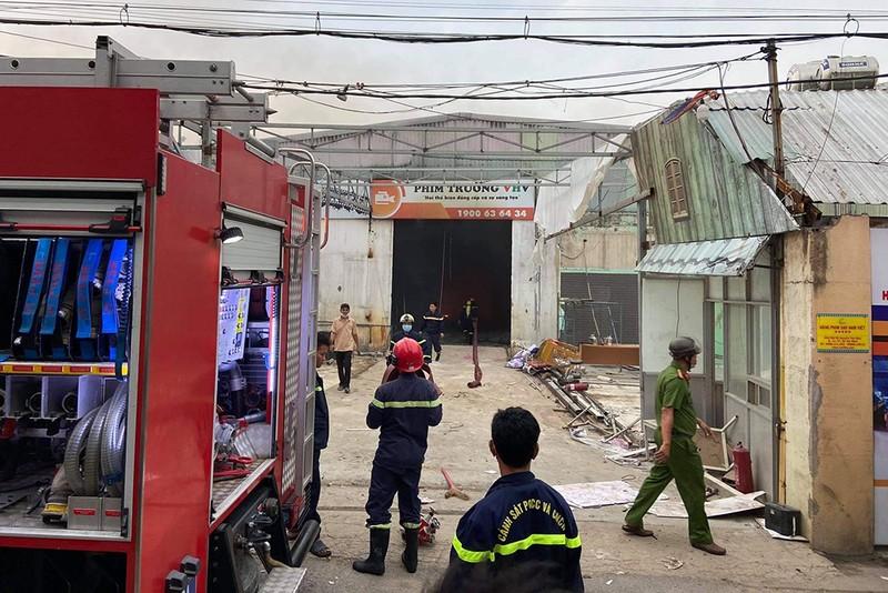 Cháy lớn phim trường sau tiếng nổ ở đường Nguyễn Văn Quá - ảnh 2