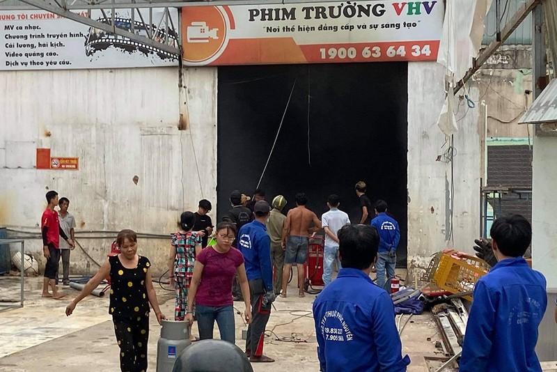 Cháy lớn phim trường sau tiếng nổ ở đường Nguyễn Văn Quá - ảnh 1