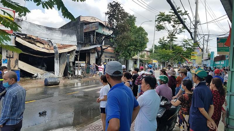 Cửa hàng sơn cháy nổ dữ dội, hàng xóm sơ tán  - ảnh 2