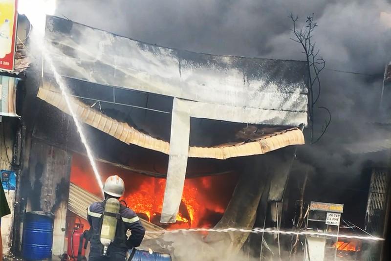 Cửa hàng sơn cháy nổ dữ dội, hàng xóm sơ tán  - ảnh 1
