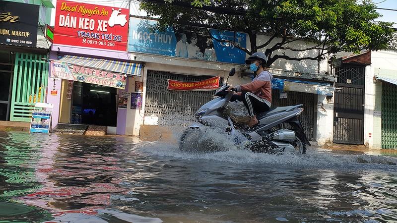 Mưa lớn, đường ngập, nước cống tràn vào Bệnh viện Hóc Môn - ảnh 4
