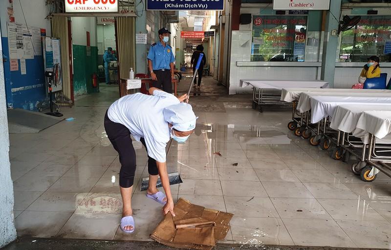 Mưa lớn, đường ngập, nước cống tràn vào Bệnh viện Hóc Môn - ảnh 5