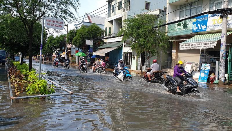 Mưa lớn, đường ngập, nước cống tràn vào Bệnh viện Hóc Môn - ảnh 8