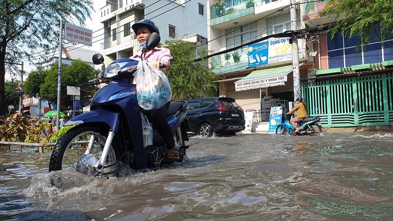 Mưa lớn, đường ngập, nước cống tràn vào Bệnh viện Hóc Môn - ảnh 7