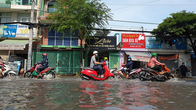 Mưa lớn, đường ngập, nước cống tràn vào Bệnh viện Hóc Môn - ảnh 6