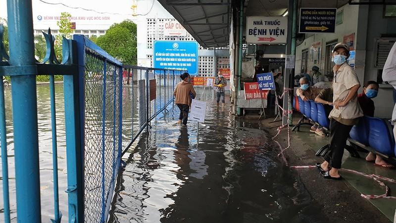 Mưa lớn, đường ngập, nước cống tràn vào Bệnh viện Hóc Môn - ảnh 11