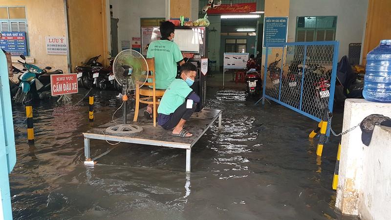 Mưa lớn, đường ngập, nước cống tràn vào Bệnh viện Hóc Môn - ảnh 9