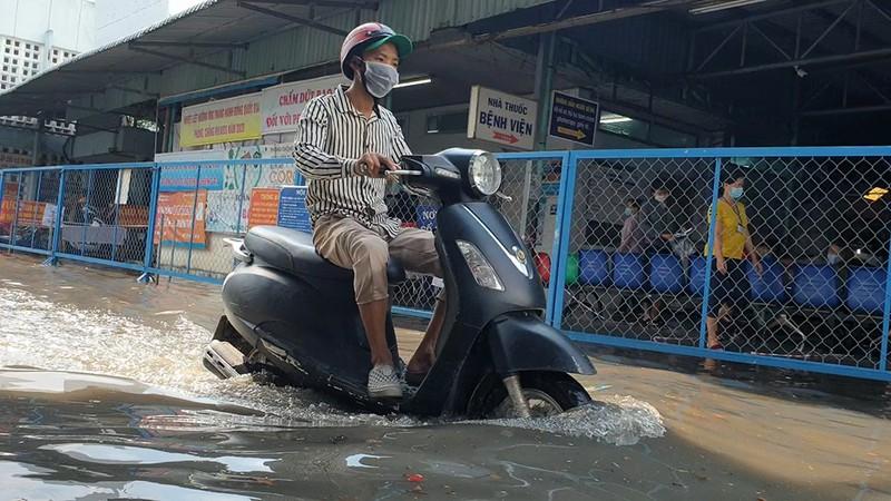 Mưa lớn, đường ngập, nước cống tràn vào Bệnh viện Hóc Môn - ảnh 10