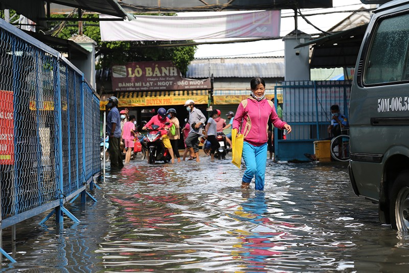 Mưa lớn, đường ngập, nước cống tràn vào Bệnh viện Hóc Môn - ảnh 12