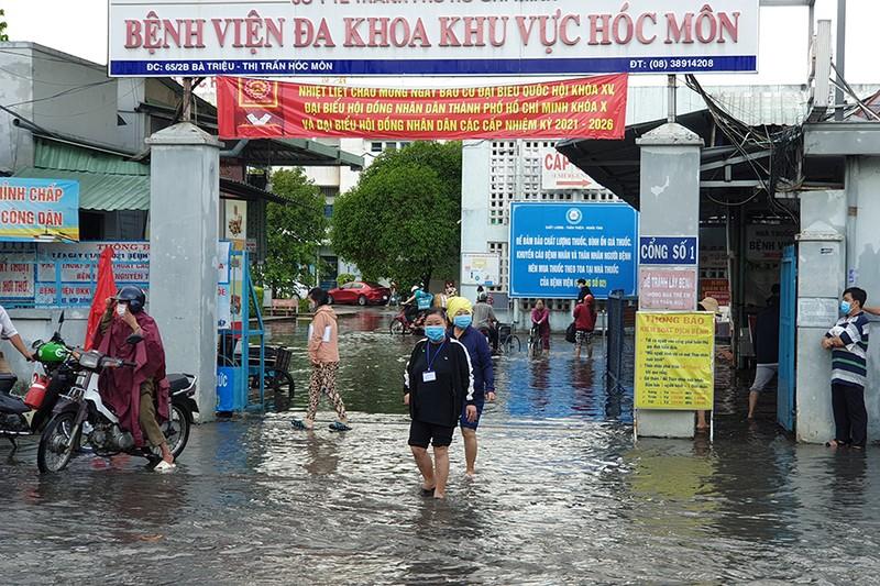 Mưa lớn, đường ngập, nước cống tràn vào Bệnh viện Hóc Môn - ảnh 15