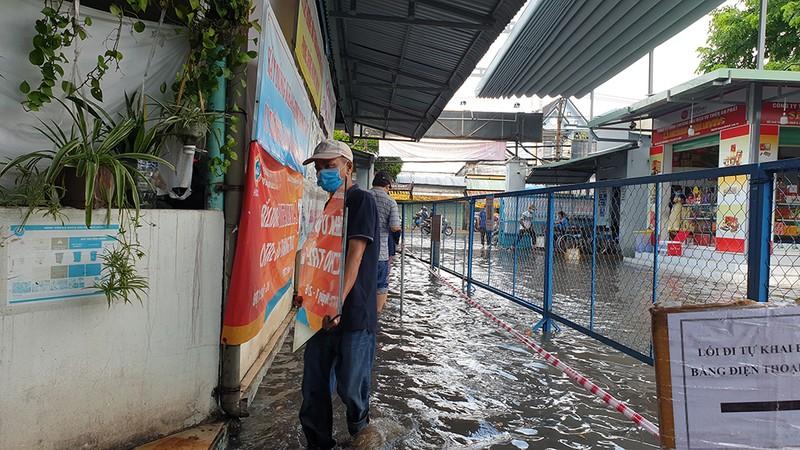 Mưa lớn, đường ngập, nước cống tràn vào Bệnh viện Hóc Môn - ảnh 13