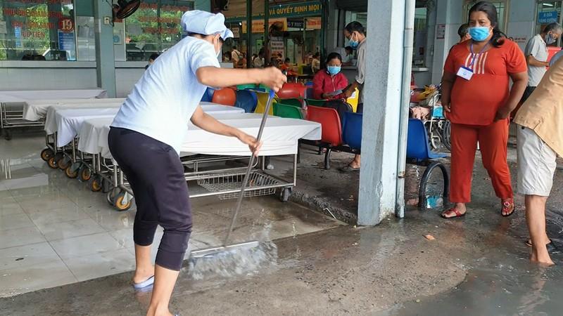 Mưa lớn, đường ngập, nước cống tràn vào Bệnh viện Hóc Môn - ảnh 14
