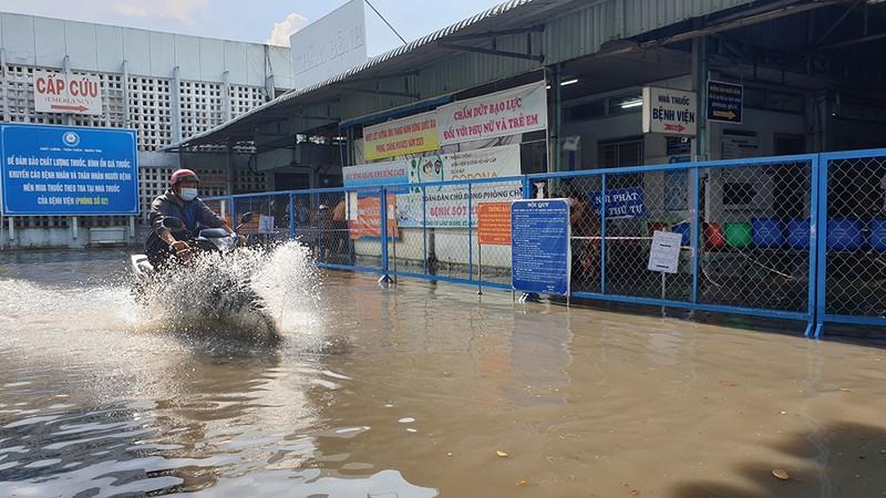 Mưa lớn, đường ngập, nước cống tràn vào Bệnh viện Hóc Môn - ảnh 2