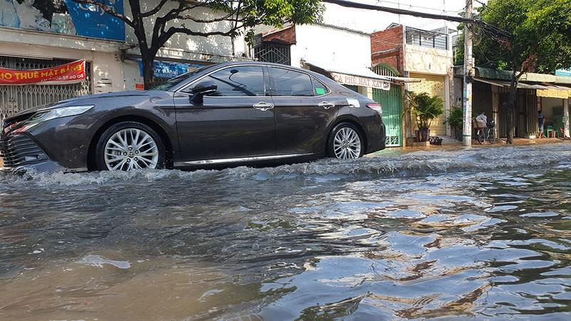 Mưa lớn, đường ngập, nước cống tràn vào Bệnh viện Hóc Môn - ảnh 3