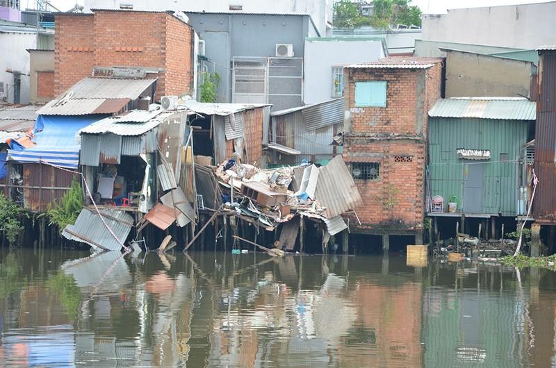 8 căn nhà bất ngờ sập xuống Kênh Đôi quận 8 - ảnh 1