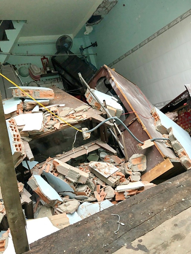 8 căn nhà bất ngờ sập xuống Kênh Đôi quận 8 - ảnh 3